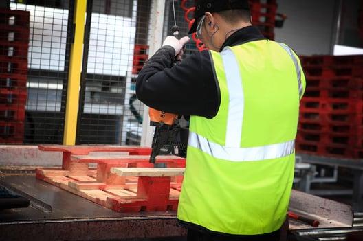 LPR sortuje i naprawia palety, aby były gotowe do użycia